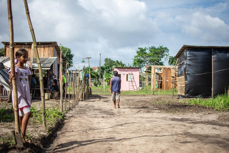 Isaac Santos caminha rumo à sua casa recém-construída na ocupação Laércio Barbalho. Foto Pedrosa Neto