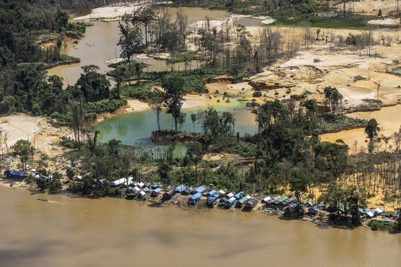 Vista aérea de garimpos ilegais na Terra Yanomami, próximo à comunidade Ye'kwana, região Waikás. Foto Rogério Assis/ISA