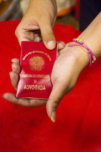 A carteira da OAB, que viaja no peito de Maria Eduarda: orgulho e proteção. Foto de Paulo Marcos de Mendonça Lima