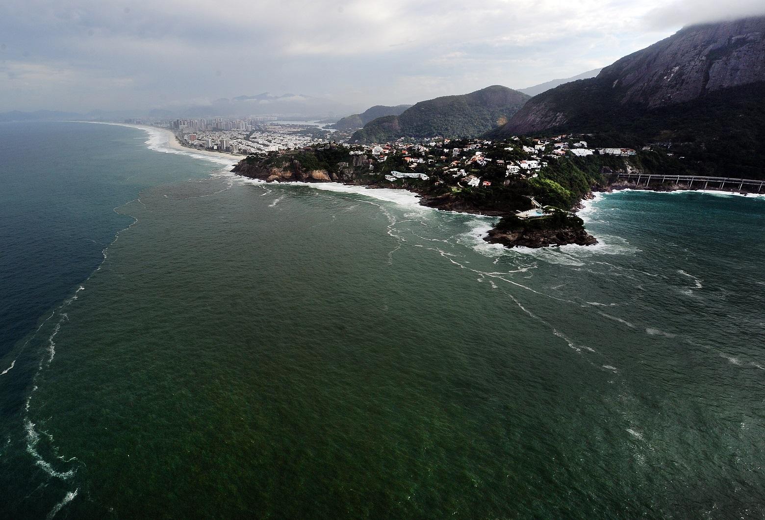 Vista área do vazamento de esgoto nas praias da Barra e de São Conrado. Foto Antonio Scorza/AFP