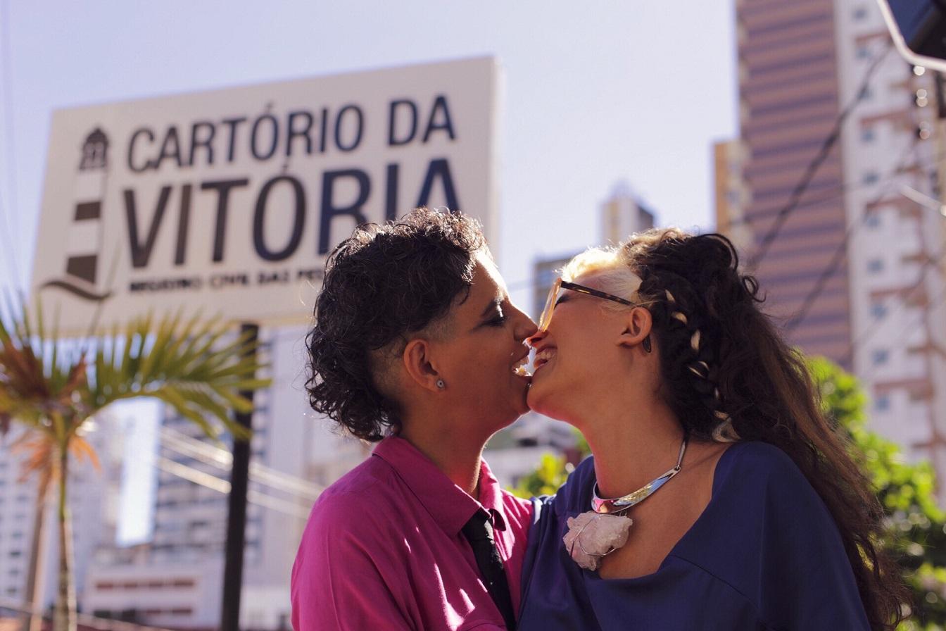 Roberta e Talitha em frente ao Cartório da Vitória, em Salvador. Foto Amanda Julieta/Divulgação