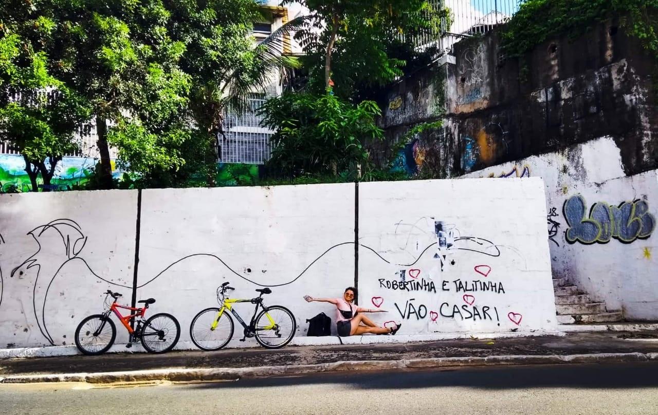 """A frase """"Roberta e Talitha vão casar"""" foi escrita em mais de 20 muros da cidade. Foto Divulgação"""