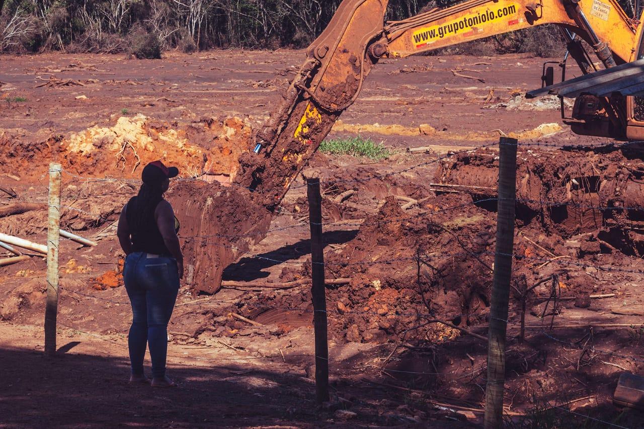 Soraya observa o trabalho de escavadeira, que prepara o terreno devastado pela lama tóxica da Vale para o trabalho dos bombeiros. (Foto: Andre Mantelli)