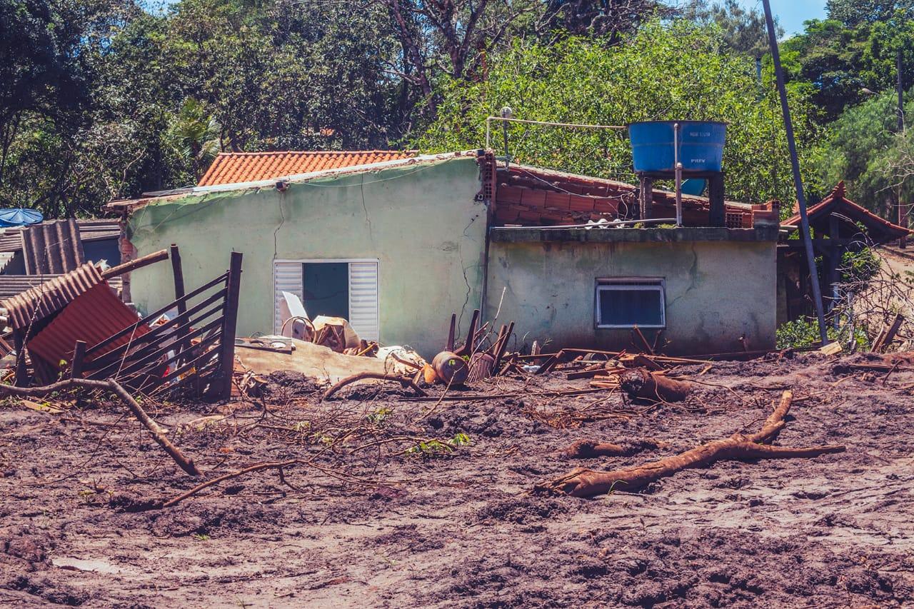 Não havia obstáculos para a lama, que trouxe desde maquinários pesados até troncos de árvores inteiras (Foto: Andre Mantelli).