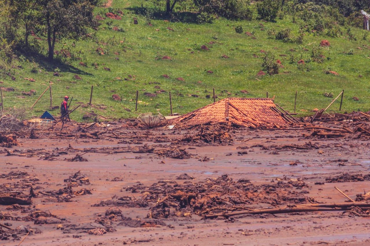 Um mês depois do crime ambiental, bombeiros seguem as buscas por corpos embaixo dos rejeitos tóxicos da Vale, no Parque da Cachoeira, Brumadinho. (Foto: Andre Mantelli)