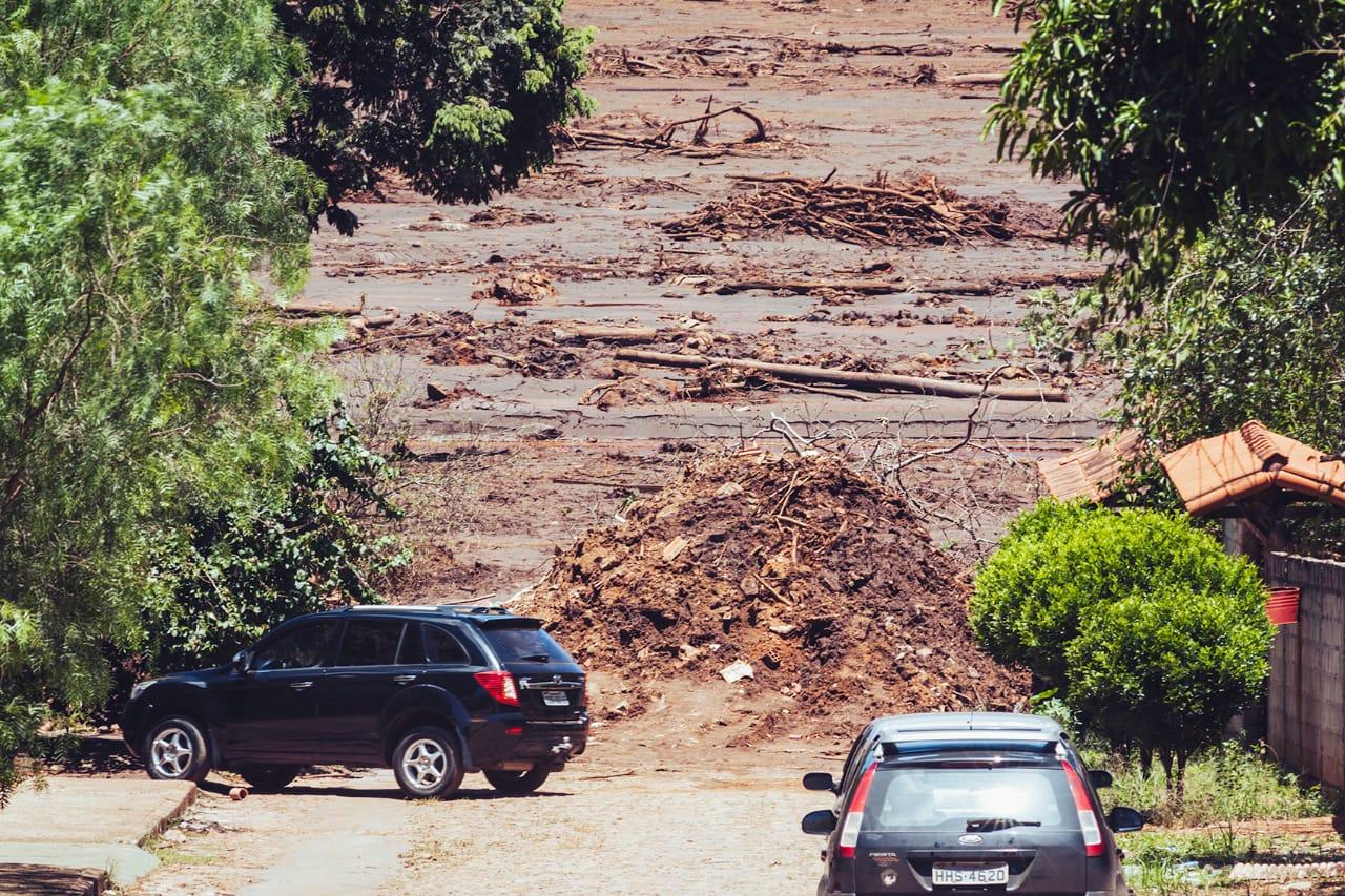 Não só a rua, mas várias casas foram arrastadas pela força da lama tóxica que veio da barragem do Córrego do Feijão (Foto: Andre Mantelli)