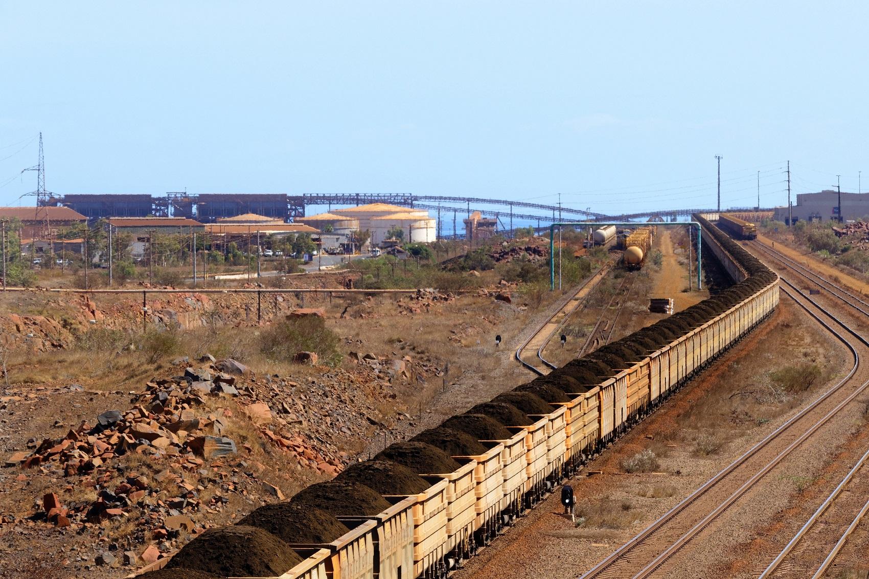 Minério de ferro sendo transportado por trem em Dampier, na Austrália (Foto: PAUL MAYALL / PICTURE ALLIANCE / DPA PICTURE-ALLIANCE / AFP)