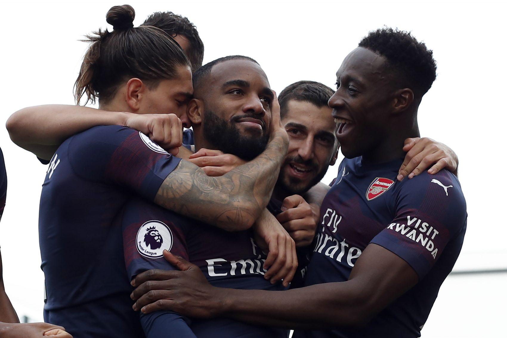 """""""Visit Rwanda"""" na manga do uniforme do Arsenal: o atacante francês Alexandre Lacazette (centro) comemora o gol com os companheiros (Foto Adrian Dennis/ AFP)"""