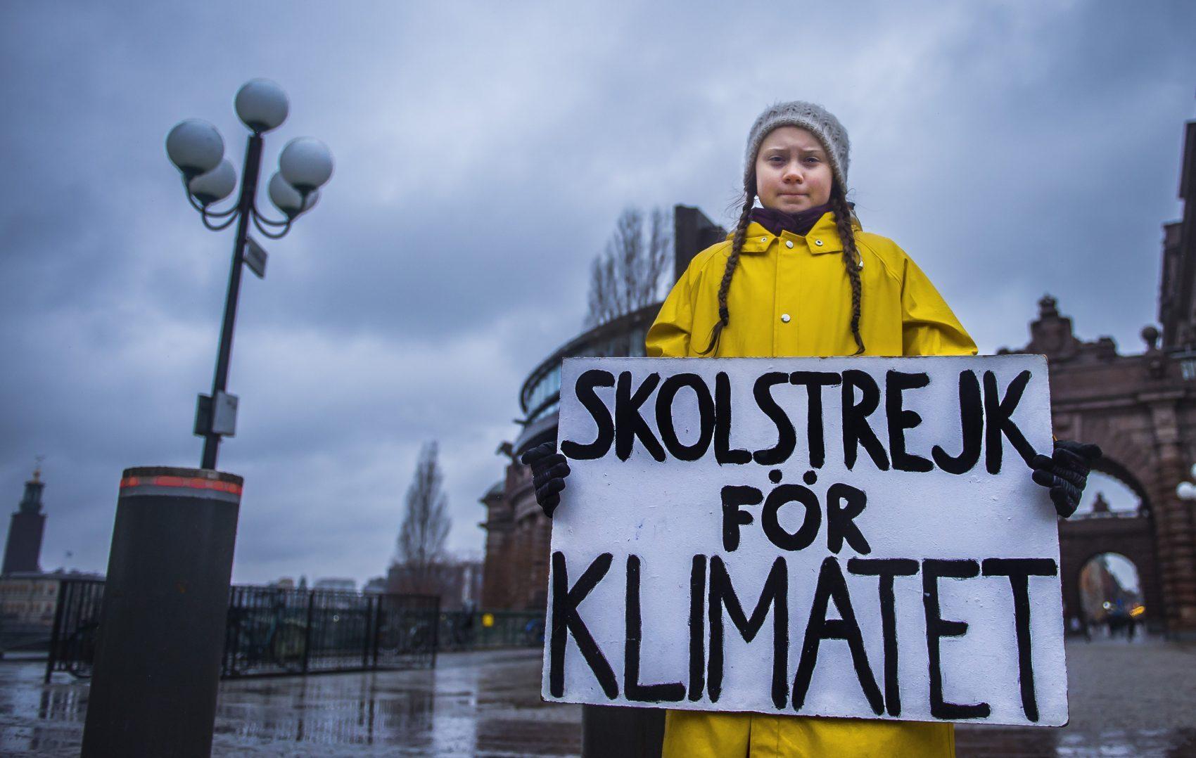 """A sueca Greta Thunberg, de 15 anos, exibe a placa """"Greve escolar pelo clima"""" durante um protesto em novembro no ano passado (Foto Hanna Franzen / TT News Agency / AFP)"""