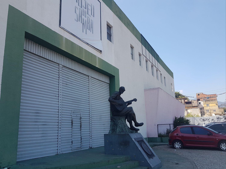 Estátua de Cartola em frente ao Museu do Samba: 45 mil itens para preservar da música (foto: Oscar Valporto)