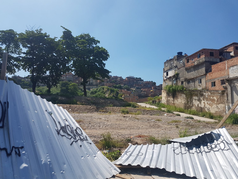 Terreno baldio onde ficava prédio do IBGE implodido: casas da prefeitura ainda na promessa (Foto: Oscar Valporto)