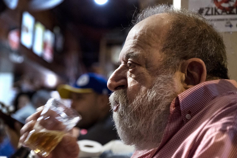 """Alfredo Jacinto Melo, o popular Alfredinho, no comando do tradicional """"Bip-Bip"""", em Copacabana. Foto Peter Bauza/DPA"""
