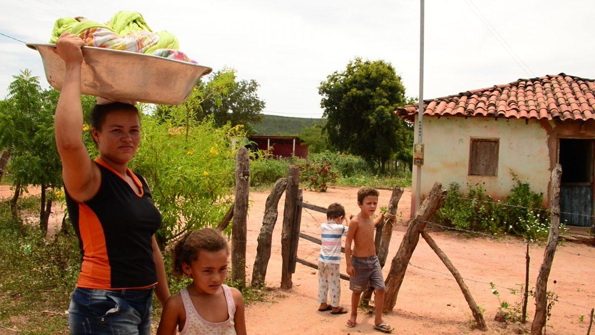 Maria Meire, filha e sobrinhos em frente de casa. Foto de Mirian Fichtner