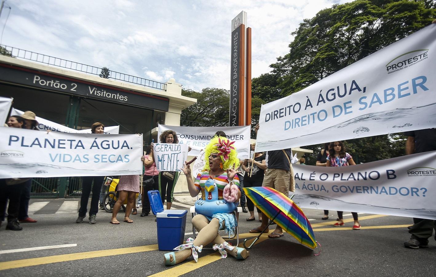 Mulheres protestam contra a falta de água em São Paulo. Foto Miguel Schincariol/AFP