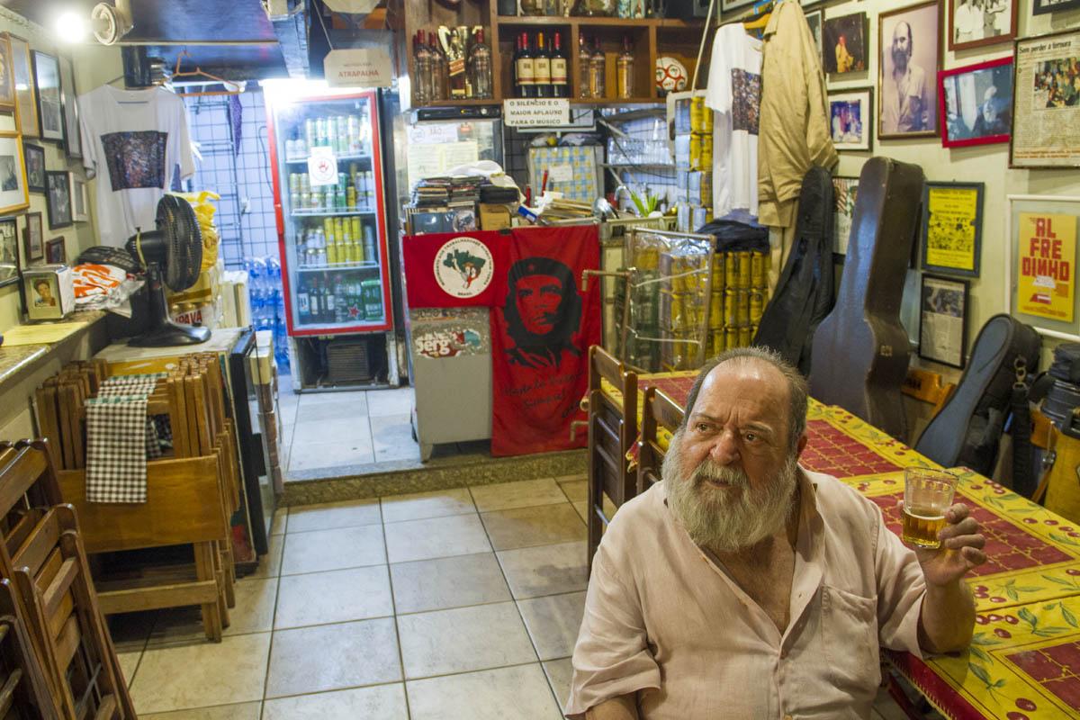Alfredinho no Bip Bip: socialista inegociável inventou o bar icônico de resistência do samba e do choro. Foto de Paulo Marcos de Mendonça Lima