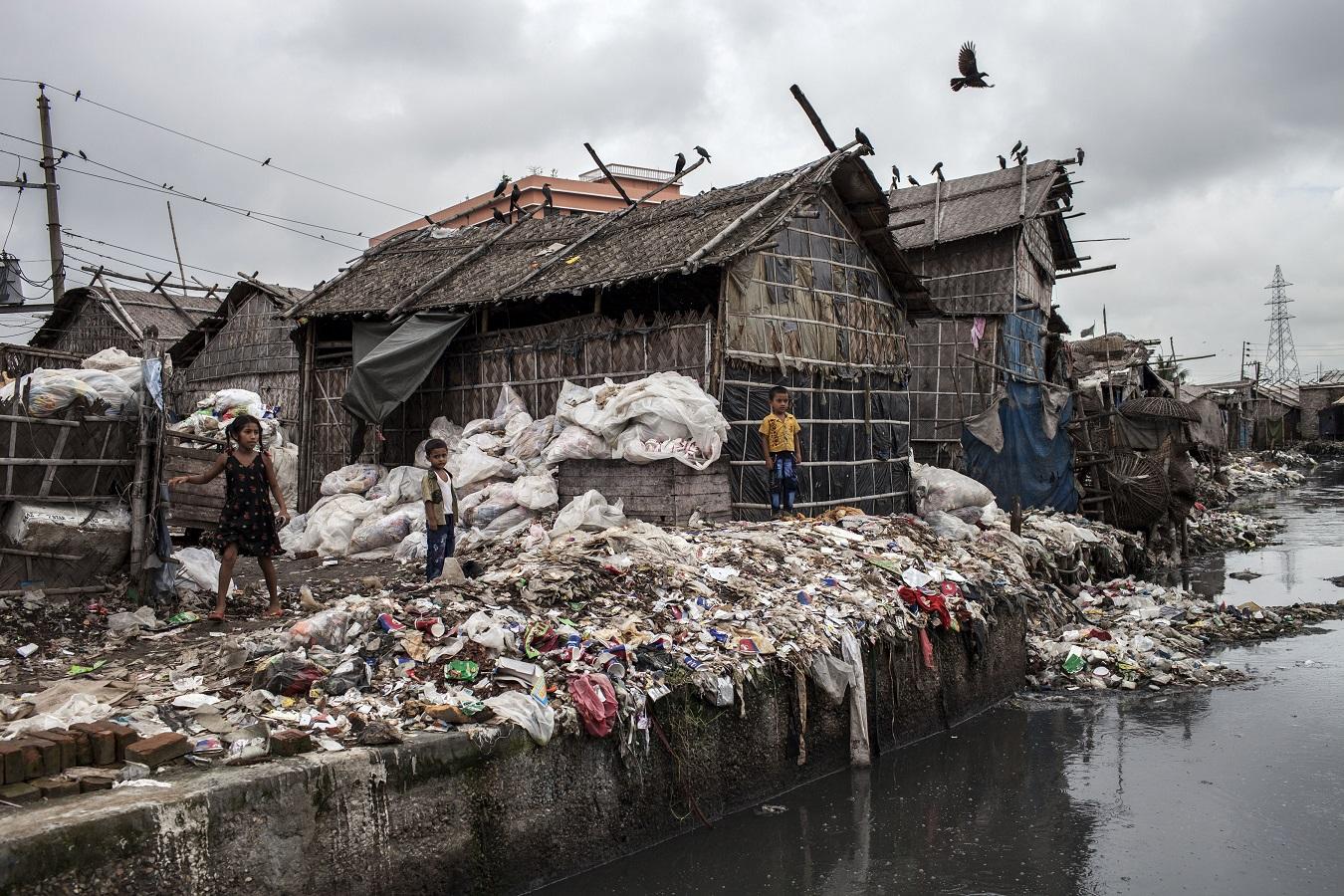 Montanhas de sacolas plásticas em Dhaka, capital de Bangladesh. A produção de plástico pode chegar a 33 bilhões de toneladas até 2050. Foto Probal Rashid/NurPhoto