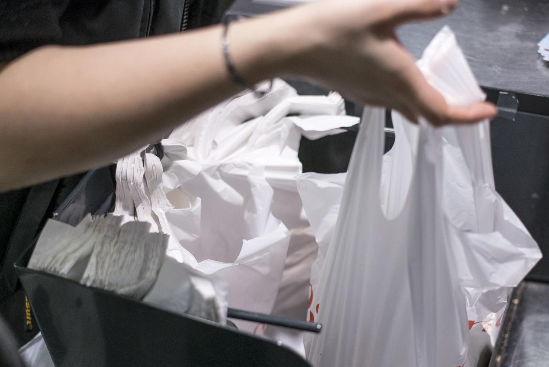 As sacolas plásticas serão substituídas por bolsas reutilizáveis nos supermercados do Rio de Janeiro a partir do meio do ano. Foto Fred Dufour/AFP