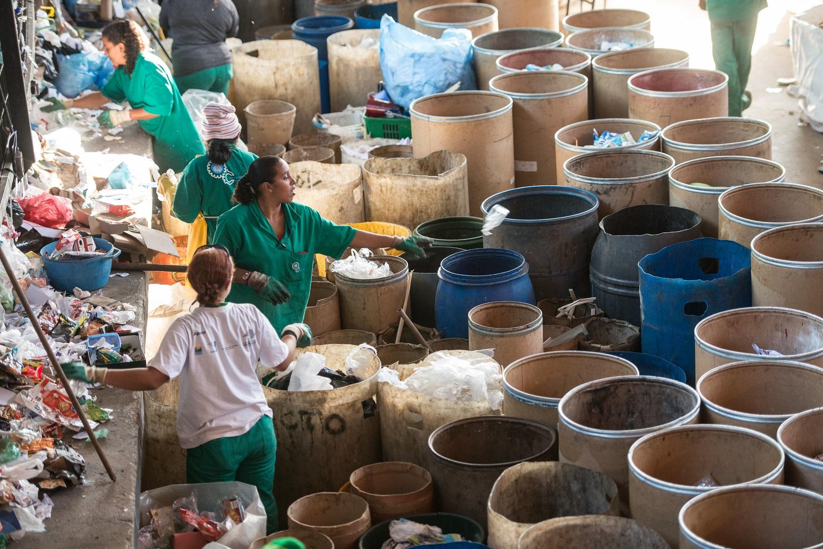 Trabalhadoras de uma cooperativa separam o lixo para reciclagem em São Paulo. Foto Yasuyoshi Chiba/AFP