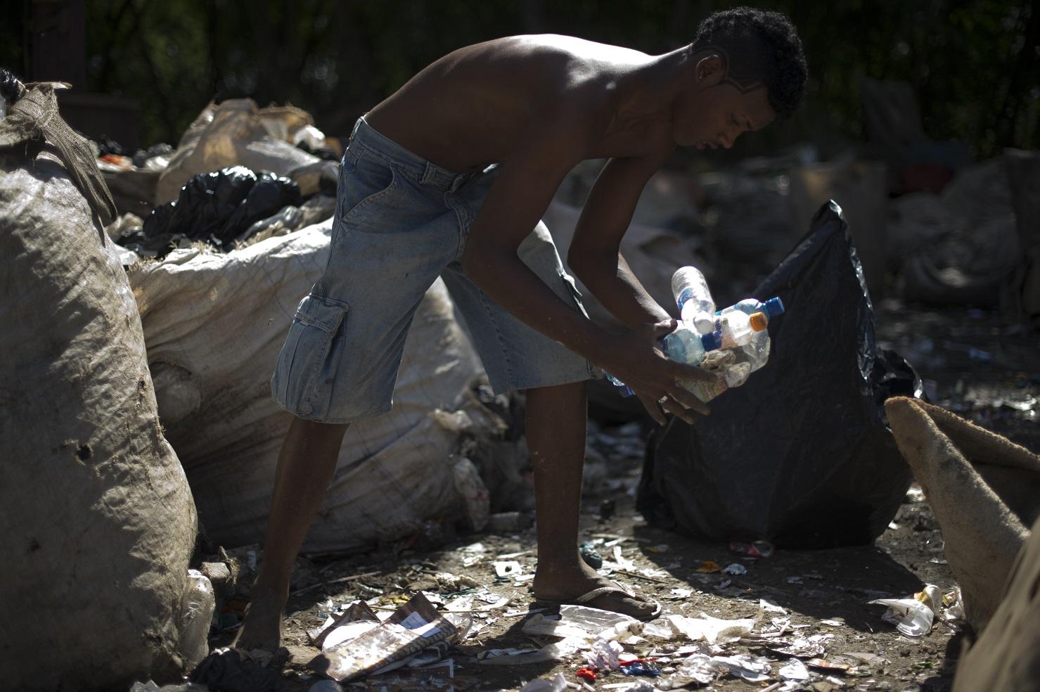 Catador separa os resíduos para reciclagem no Aterro de Jardim Gramacho, no Rio. Foto Christophe Simon/AFP