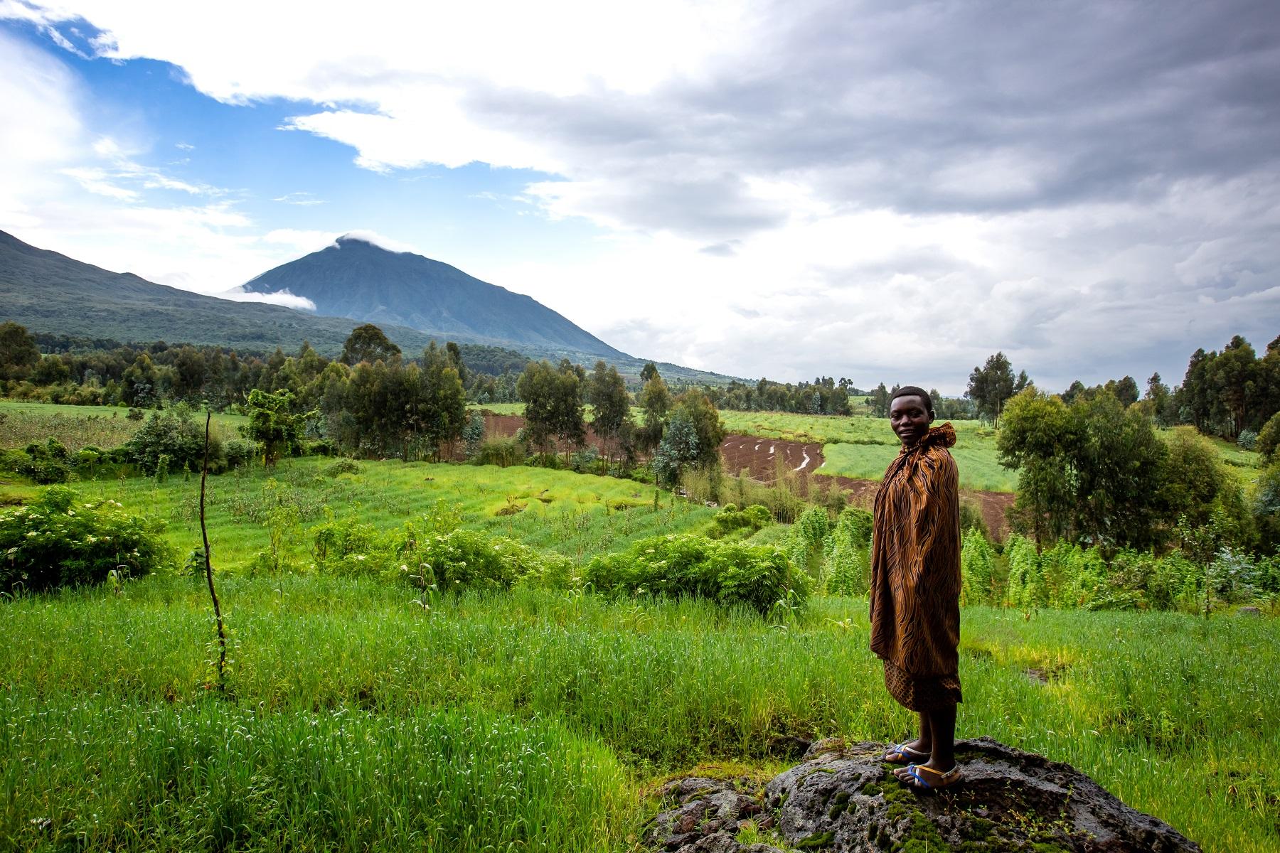 Um ruandês posa em meio à paisagem do Singita Kwitonda Lodge, um dos hotéis de luxo do país (Foto divulgação)