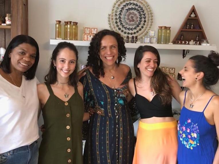 Carol Neves (ao centro) e Jade (de verde): na Pachamama, elas têm direito à folga da lua (Foto: Arquivo pessoal)
