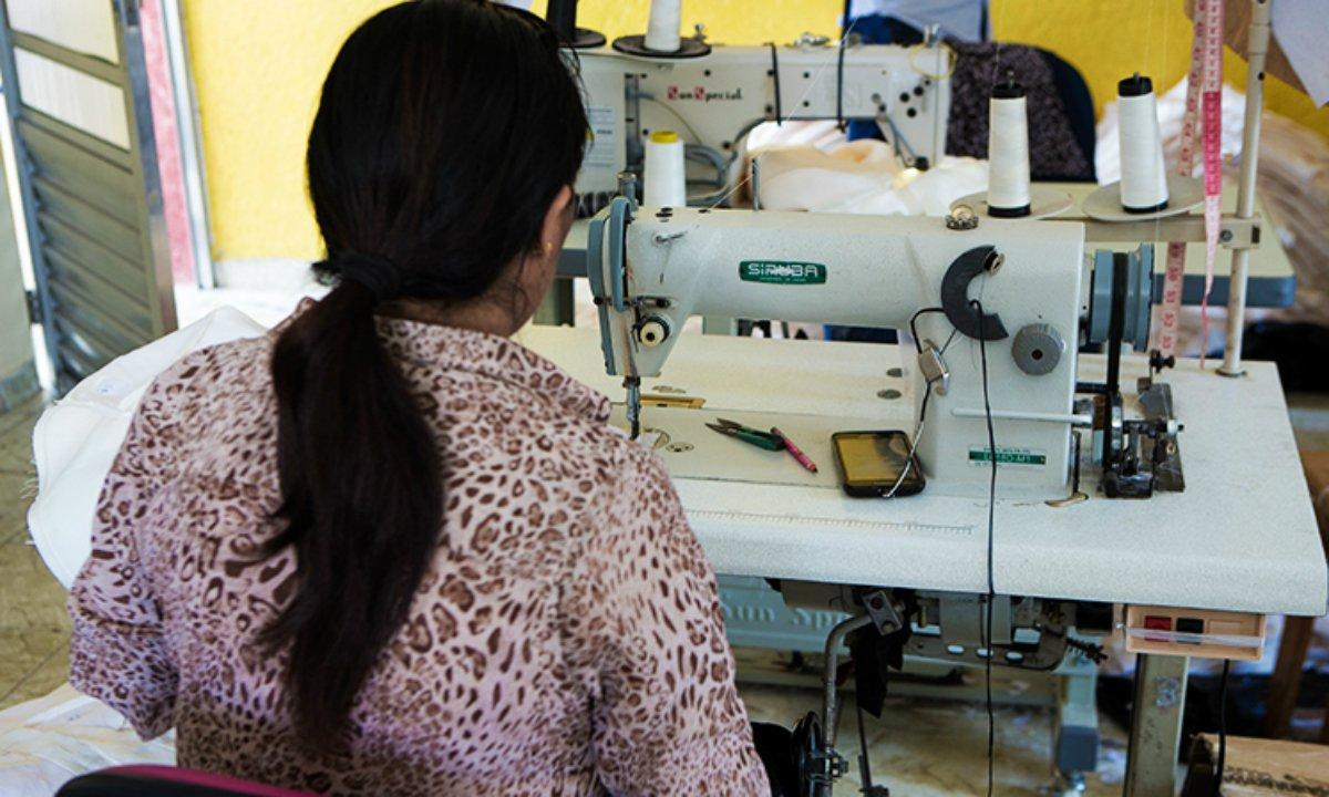 Trabalhadora boliviana em fornecedora da Animale: grife entrou para a lista suja do trabalho escravo (Foto: Reprodução/Repórter Brasil)