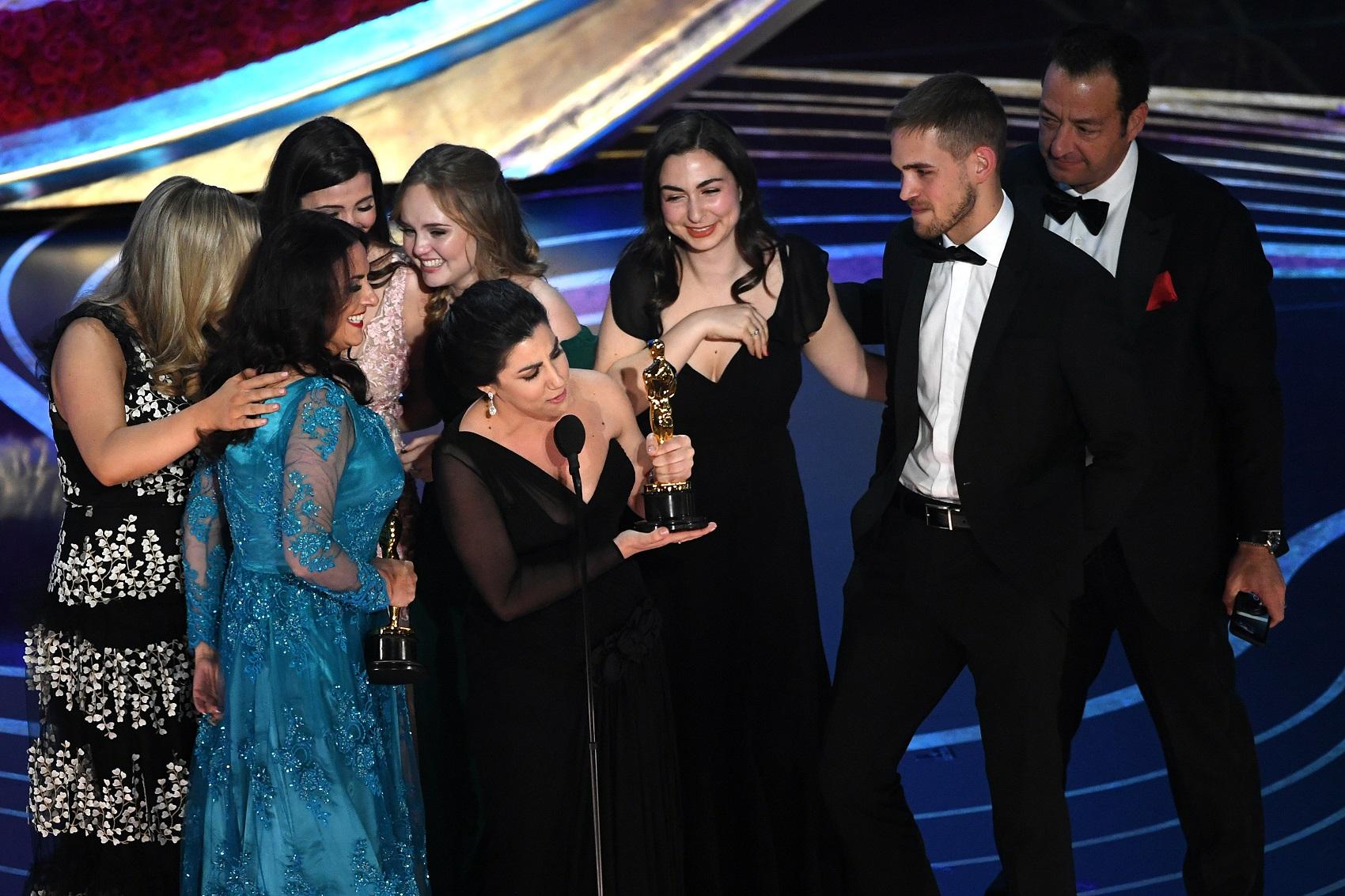 Rayka Zehtabchi fala ao receber o Oscar (Foto: Kevin Winter/Getty Images/AFP)