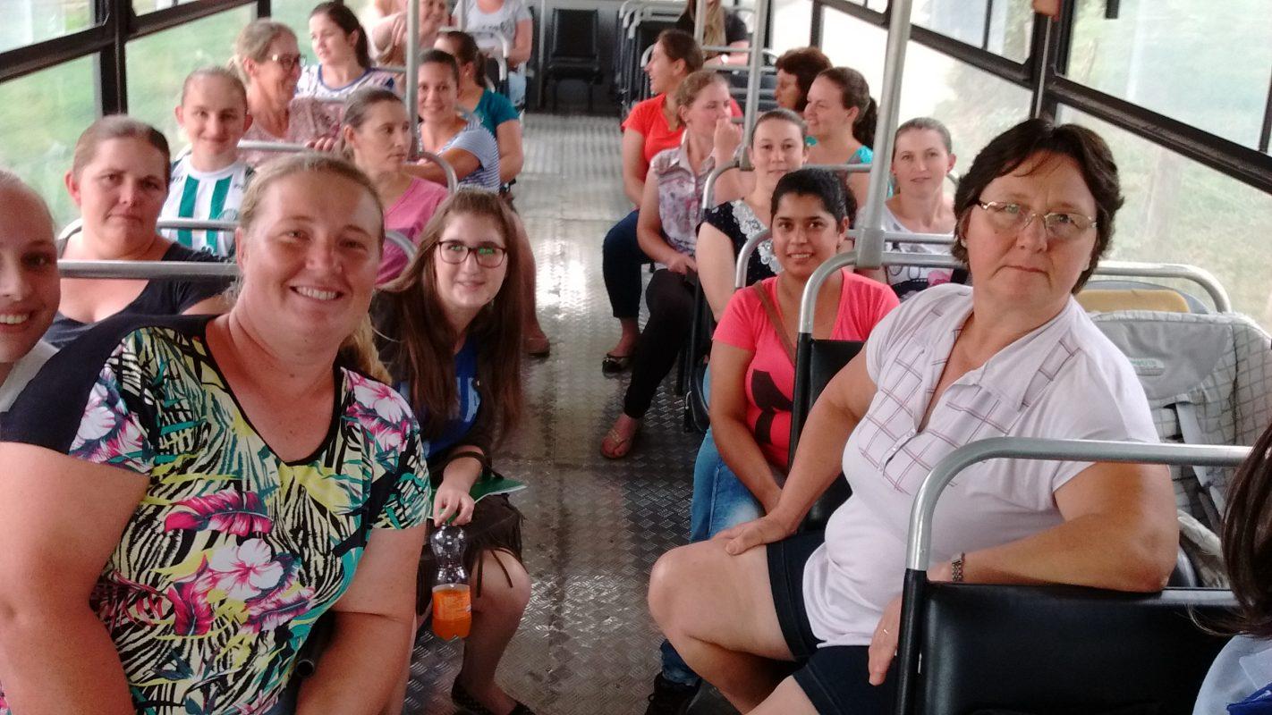 Mulheres produtoras de leite de Rio Fortuna a caminho de uma das aulas práticas. Foto: Epagri
