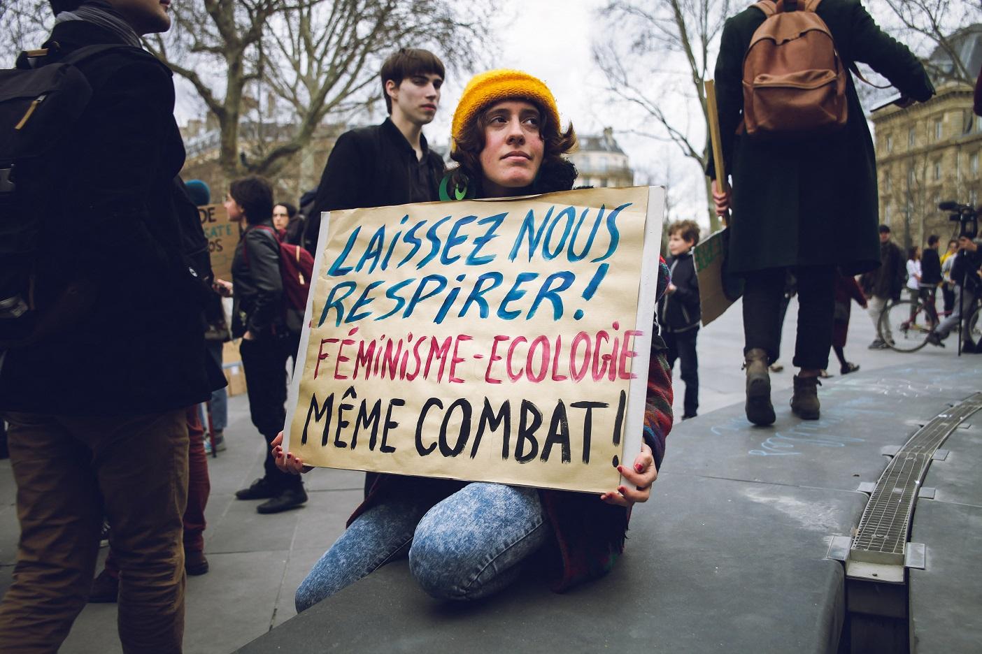 """Manifestante, em Paris, protesta contra o aquecimento global: """"Feminismo e ecologia, um mesmo combate"""". Foto Valentin Belleville / Hans Lucas"""