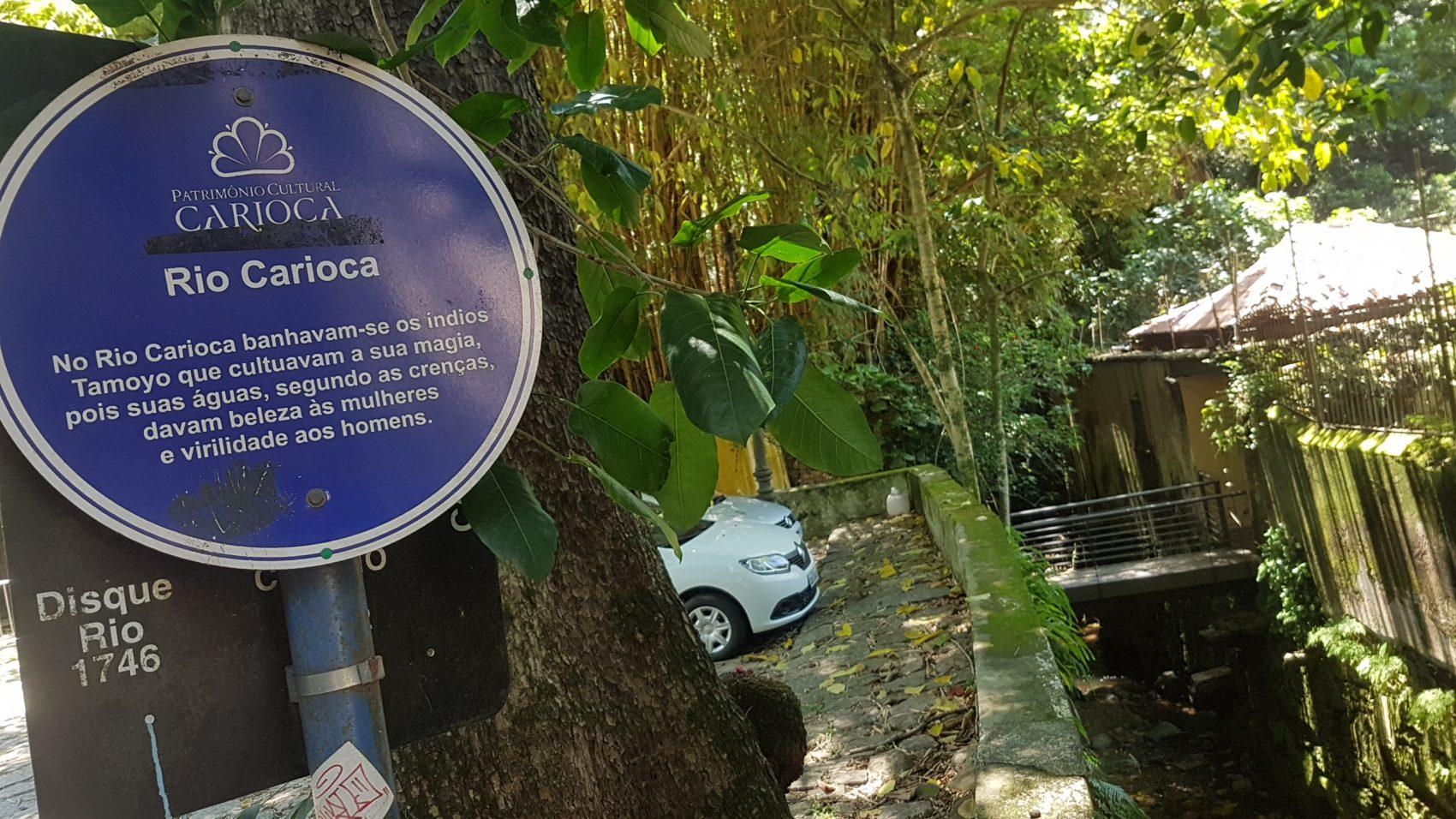 Placa indica o Rio Carioca: uma das poucas partes visíveis do rio que dá nome aos nativos da cidade (Foto: Oscar Valporto)