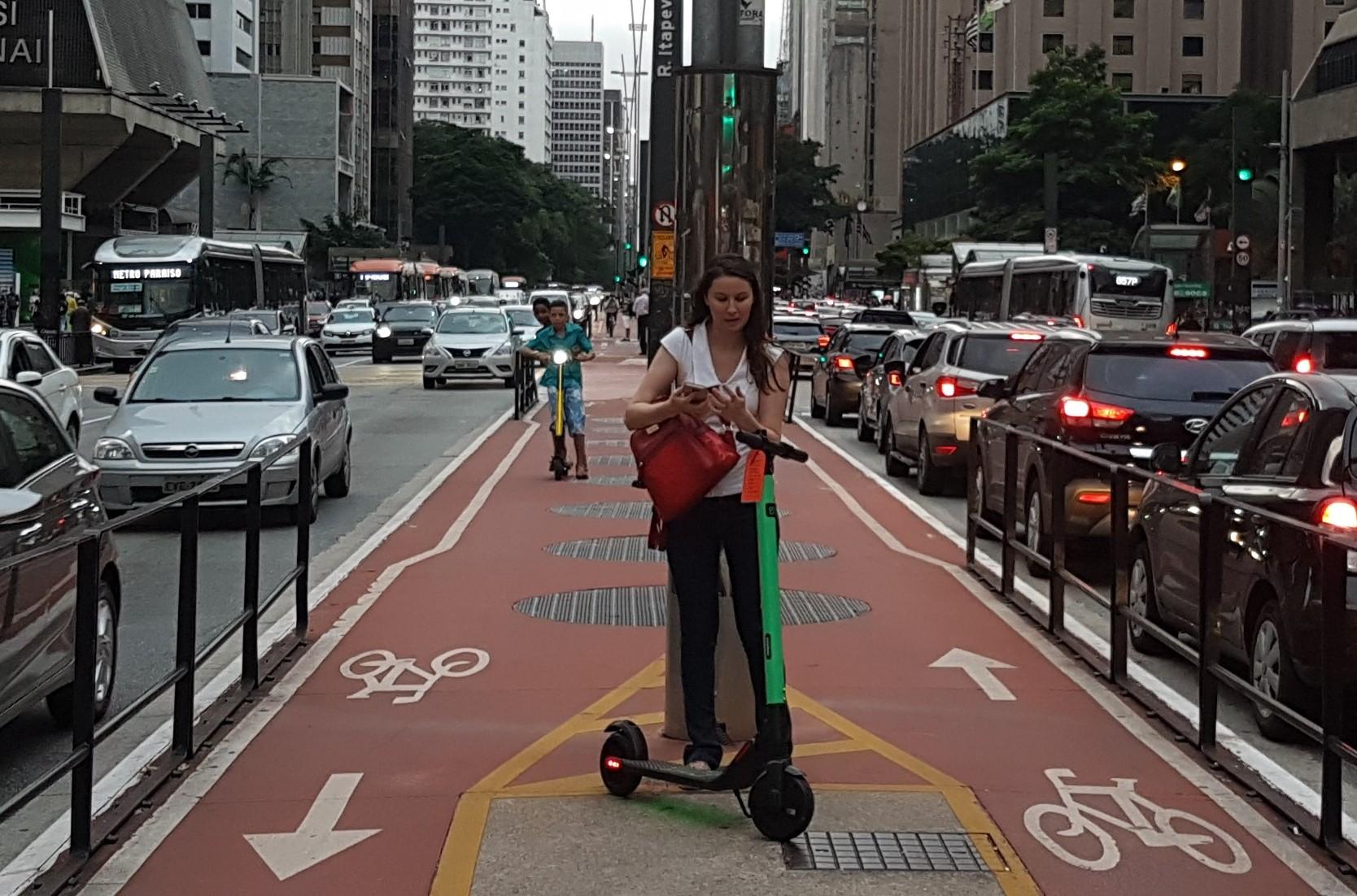 Patinetes na ciclovia da Avenida Paulista: Prefeitura de São Paulo recebeu planos de 11 empresas para operar transporte (Foto: Florência Costa)