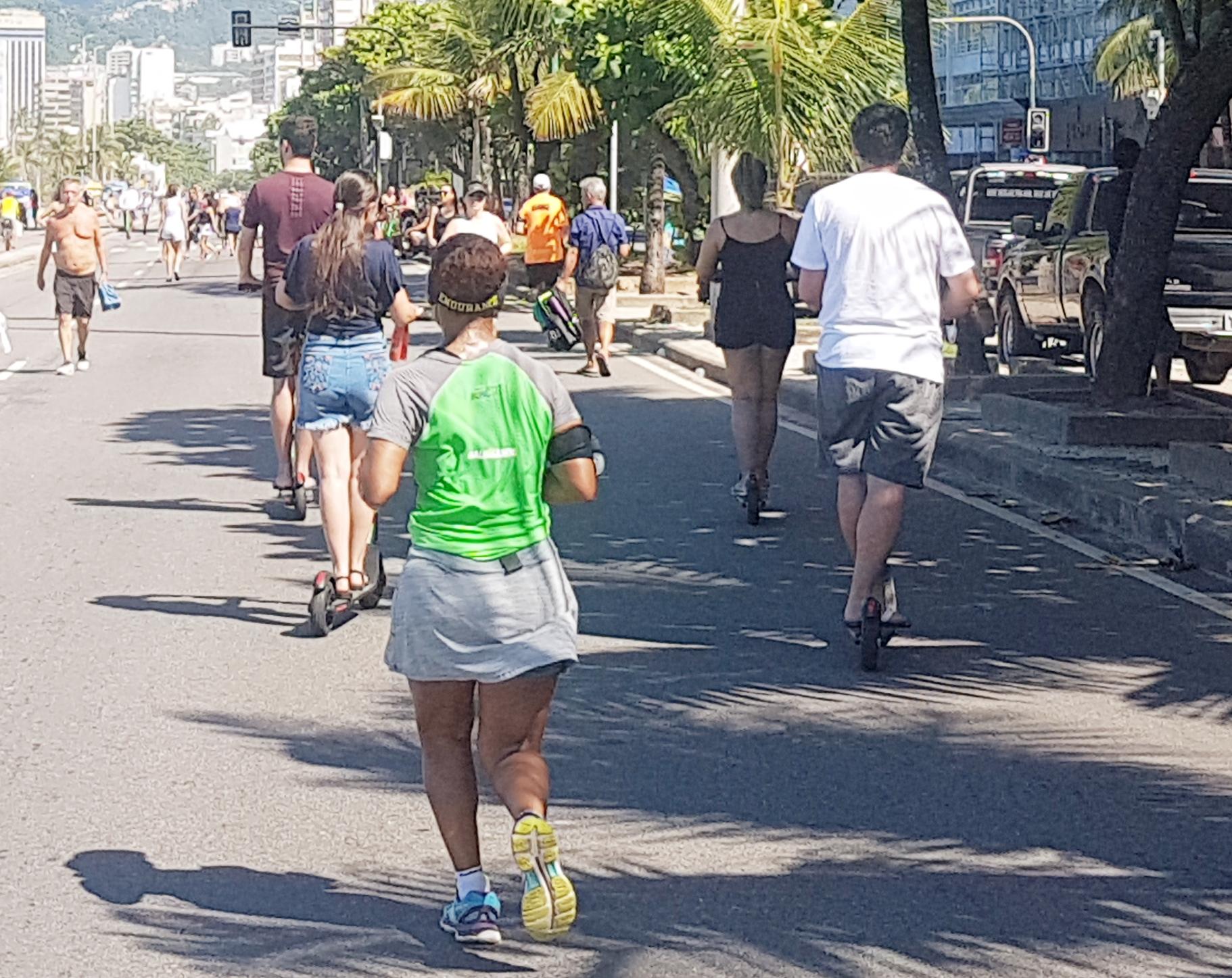 Patinetes no calçadão da Zona Sul do Rio: Serviços de compartilhamento já estão presentes em 11 capitais (Foto: Oscar Valporto)
