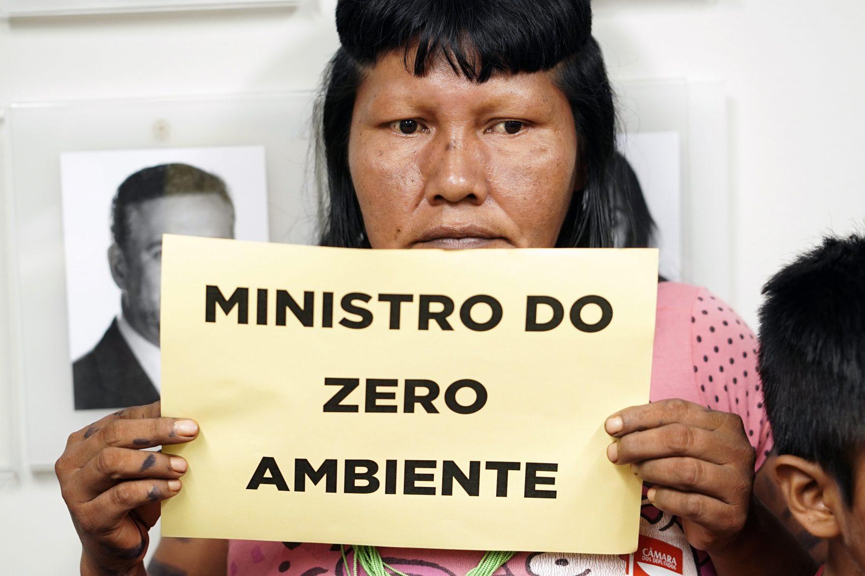 Protesto na Câmara durante audiência pública com o ministro Ricardo Salles: alarme com declarações polêmicas (Foto: Pablo Valadares/Câmara dos Deputados)
