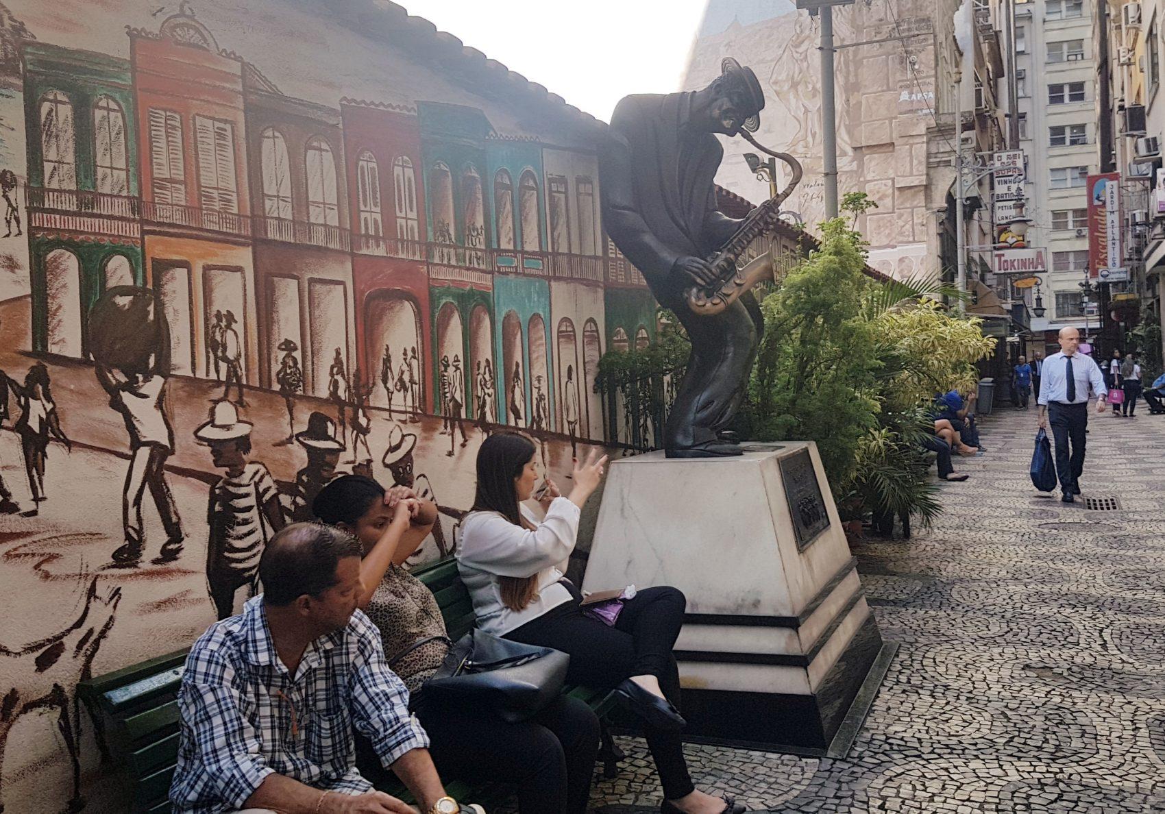 Estátua de Pixinguinha com seu sax perto do seu 'escritório' a whiskeria Gouvea, no Centro do Rio: alcoolismo fez músico deixar a flauta (Foto: Oscar Valporto)