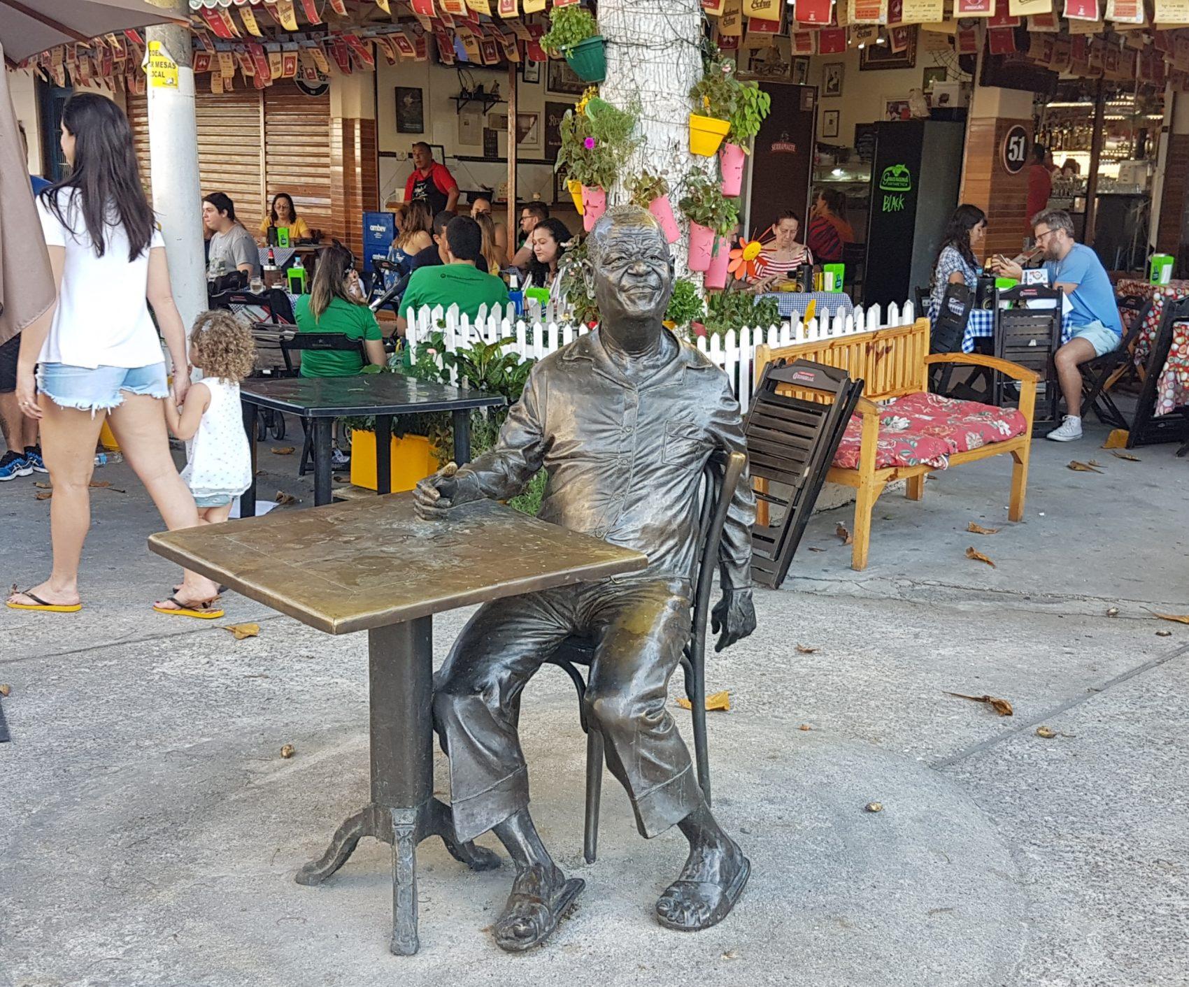 Estátua de Pixinguinha perto da casa onde morou por 30 anos em Ramos: um carioca que marcou sua cidade (Foto: Oscar Valporto)
