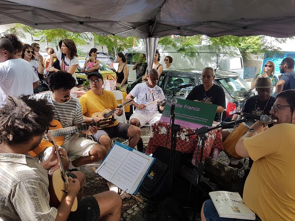 O grupo Pixin Bodega se apresenta na Praça do Choro, em Laranjeiras: ritmo tem legião de seguidores (Foto: Oscar Valporto)