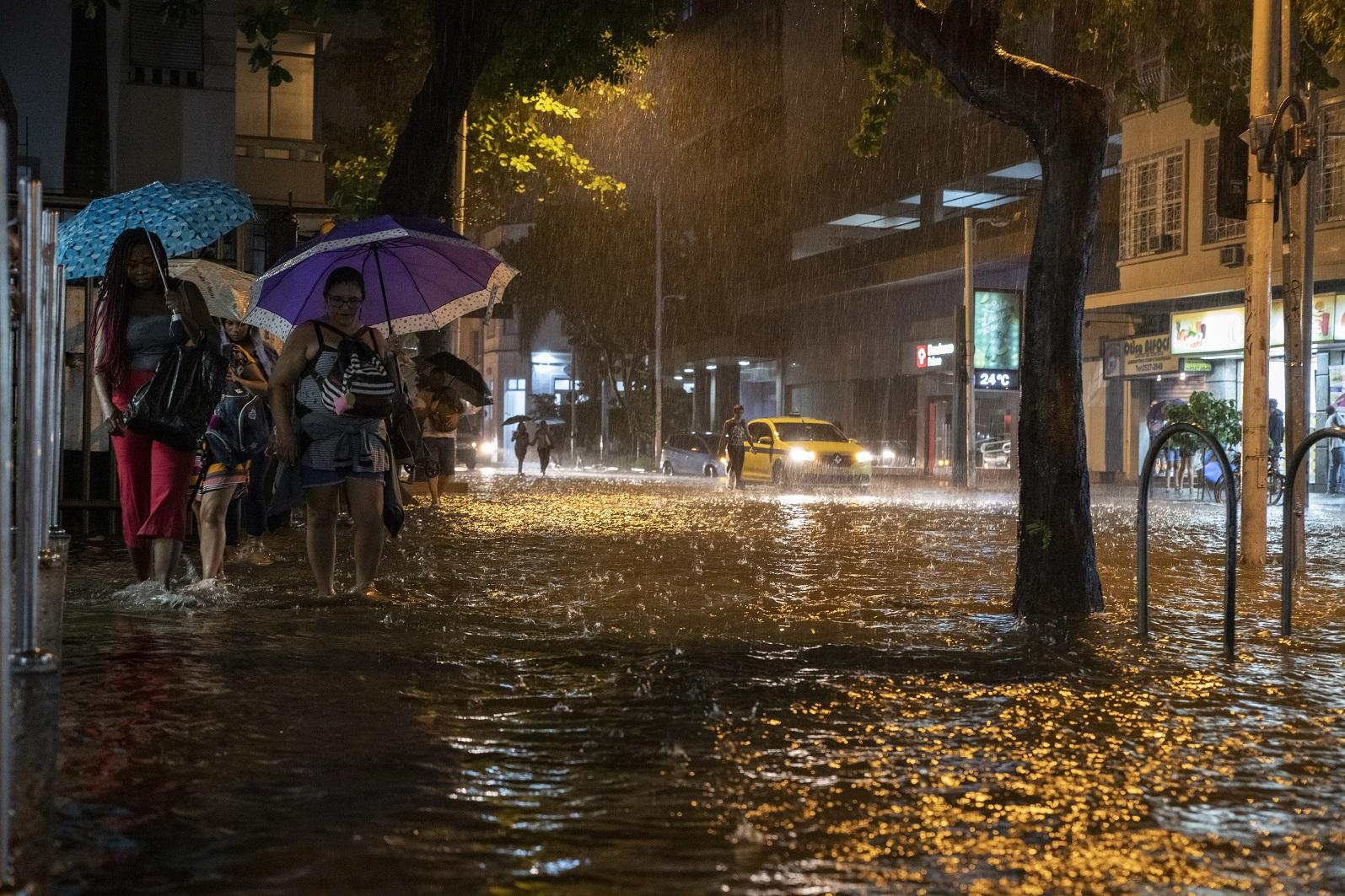 No Rio, a tempestade perfeita do mês de abril juntou a força da natureza, com o descaso do governo e a falta de educação da população. Foto AFP