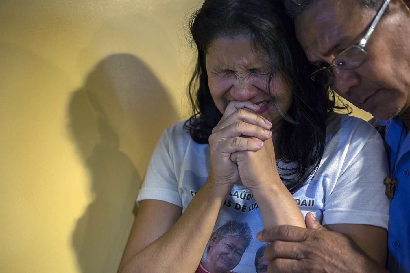 Claudelice e um de seus irmãos choram ao ouvir a sentença em que o mandante do duplo assassinato de seu irmão e cunhada, o fazendeiro José Rodrigues, é condenado a 60 anos de prisão, em 2016. Foto/Marizilda Cruppe/Greenpeace Photo Award
