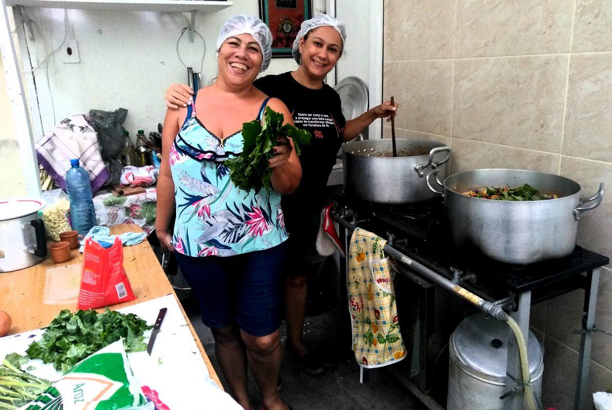 Carla Gradim e Ana Lúcia Salvador comandam as panelas dos Amigos da Rua: grupo de 16 pessoas se divide entre tarefas de conseguir doações, cozinhar, transportar e distribuir comida sempre as quintas-feiras, a cada 15 dias (Foto: Barbara Lopes)