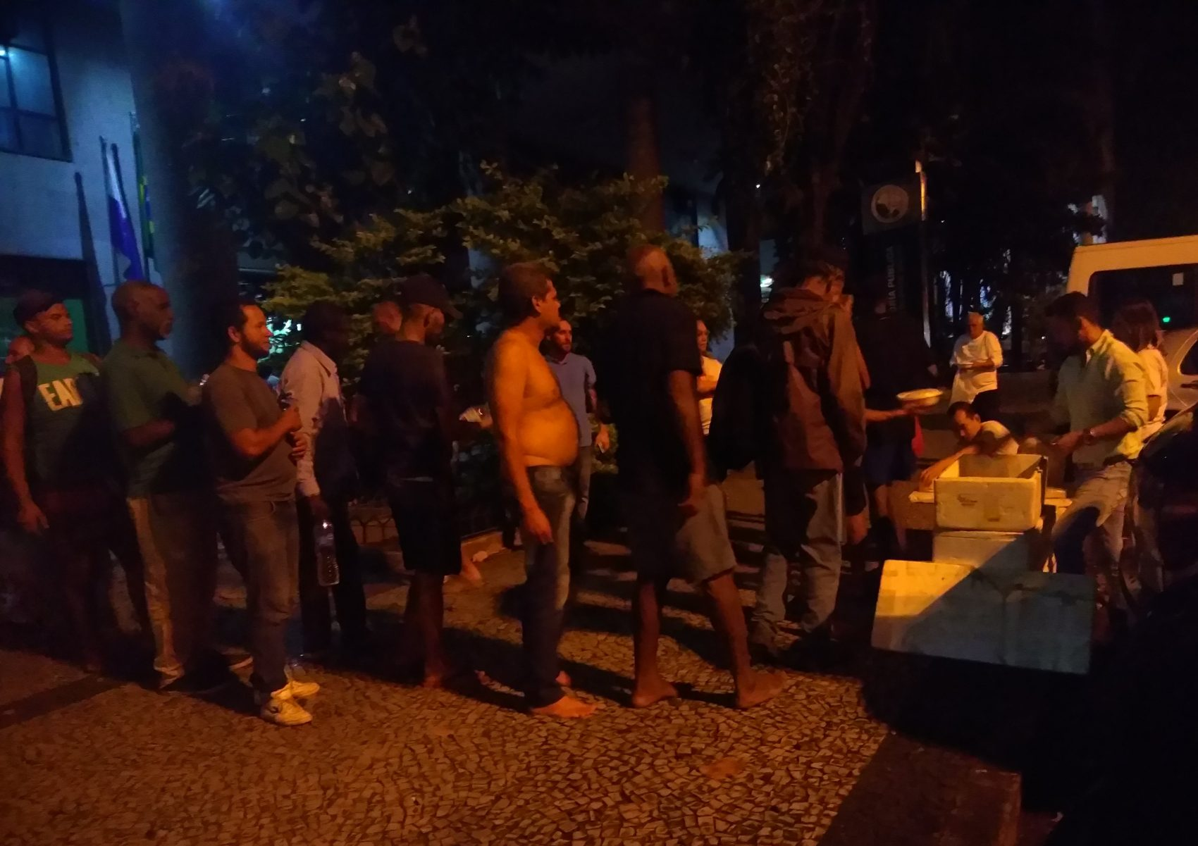Moradores de rua fazem fila para receber quentinhas, além de sobremesa e suco: voluntários atendem mais de 100 pessoas a cada duas semanas (Foto de Bárbara Lopes)