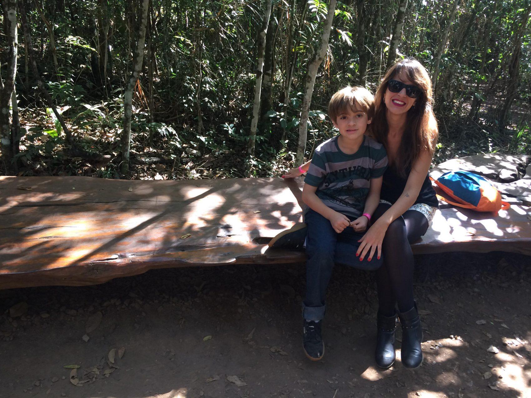 A psicóloga Paula com o filho: treinamento com o corpo e antes de aderir à menstruação livre e adaptação aos poucos até chegar a sair para balada sem proteção (Foto: Arquivo Pessoal)