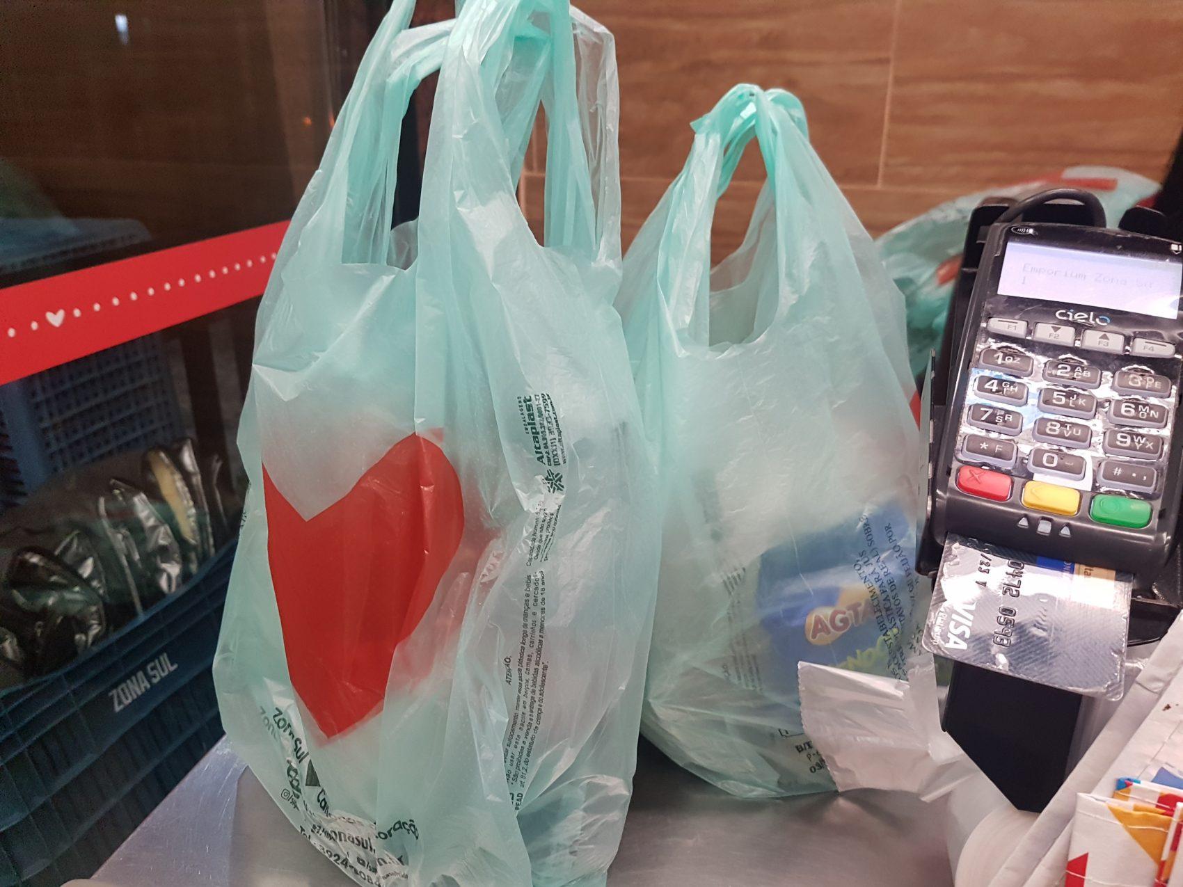 Sacolas plásticas feitas à base de resina de cana-de-açúcar em supermercado do Rio: domínio no mercado paulista após lei semelhante (Foto: Oscar Valporto)