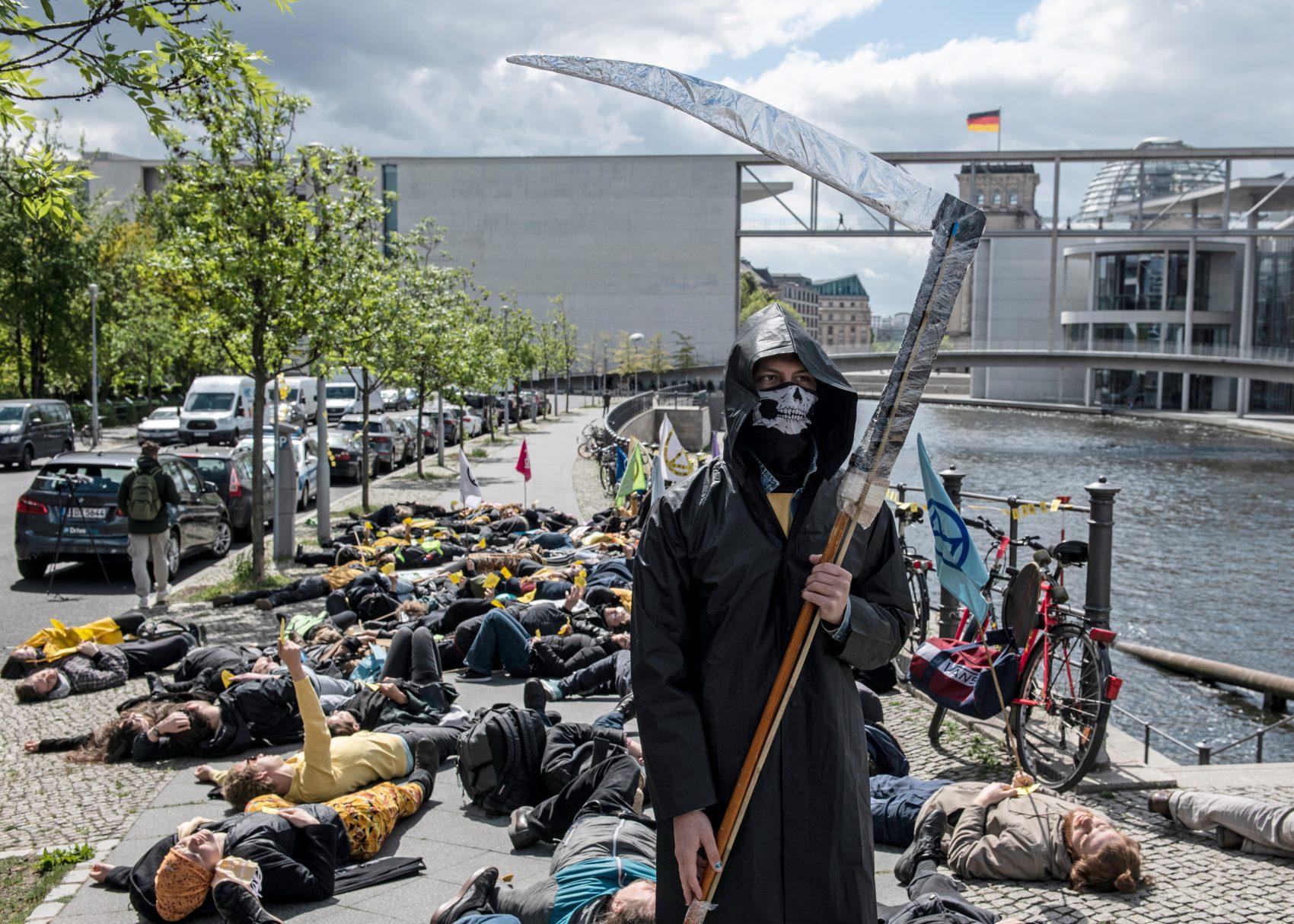 Protesto contra a extinção de espécies provocada pelo ser humano em Berlim: 40% dos anfíbios, 33% dos tubarões, 25% dos grupos de plantas (Foto: Paul Zinken/DPA)