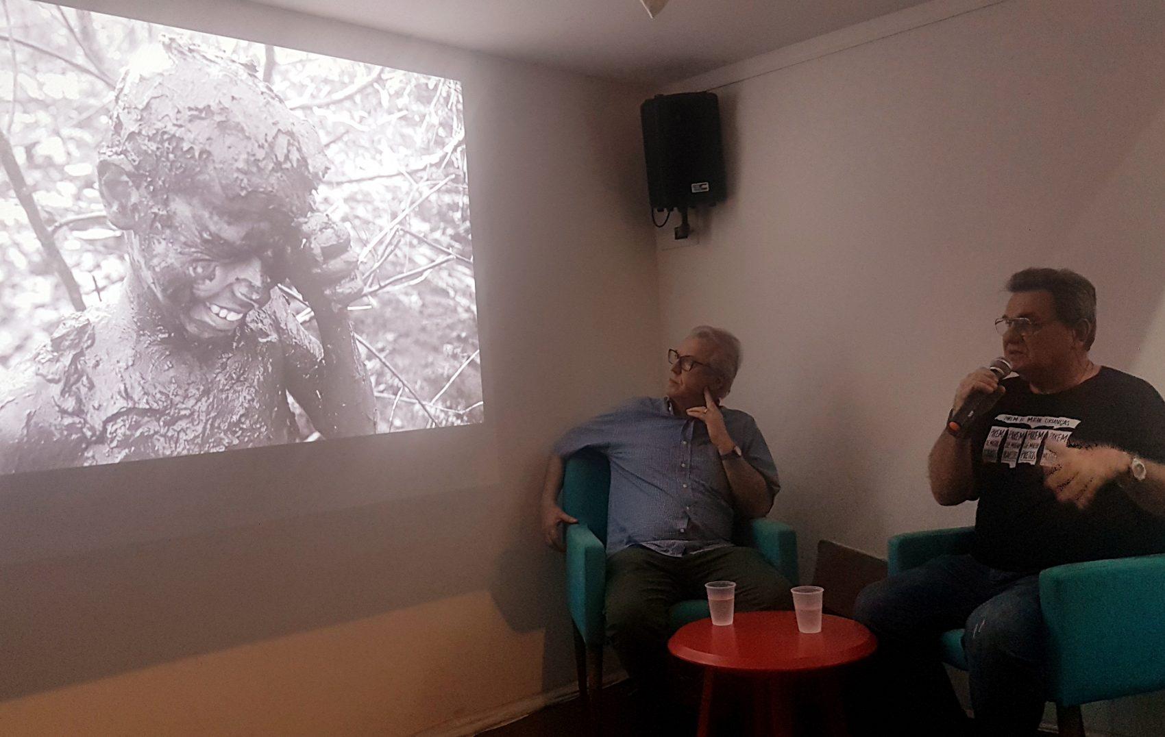 Ricardo Rezende, entre João Roberto Ripper e um dos flagrantes de trabalho escravo feitos pelo fotógrafo exibidos na Casa Pública, preocupação com aumento no número de trabalhadores escravizados com precarização do emprego (Foto: Oscar Valporto)