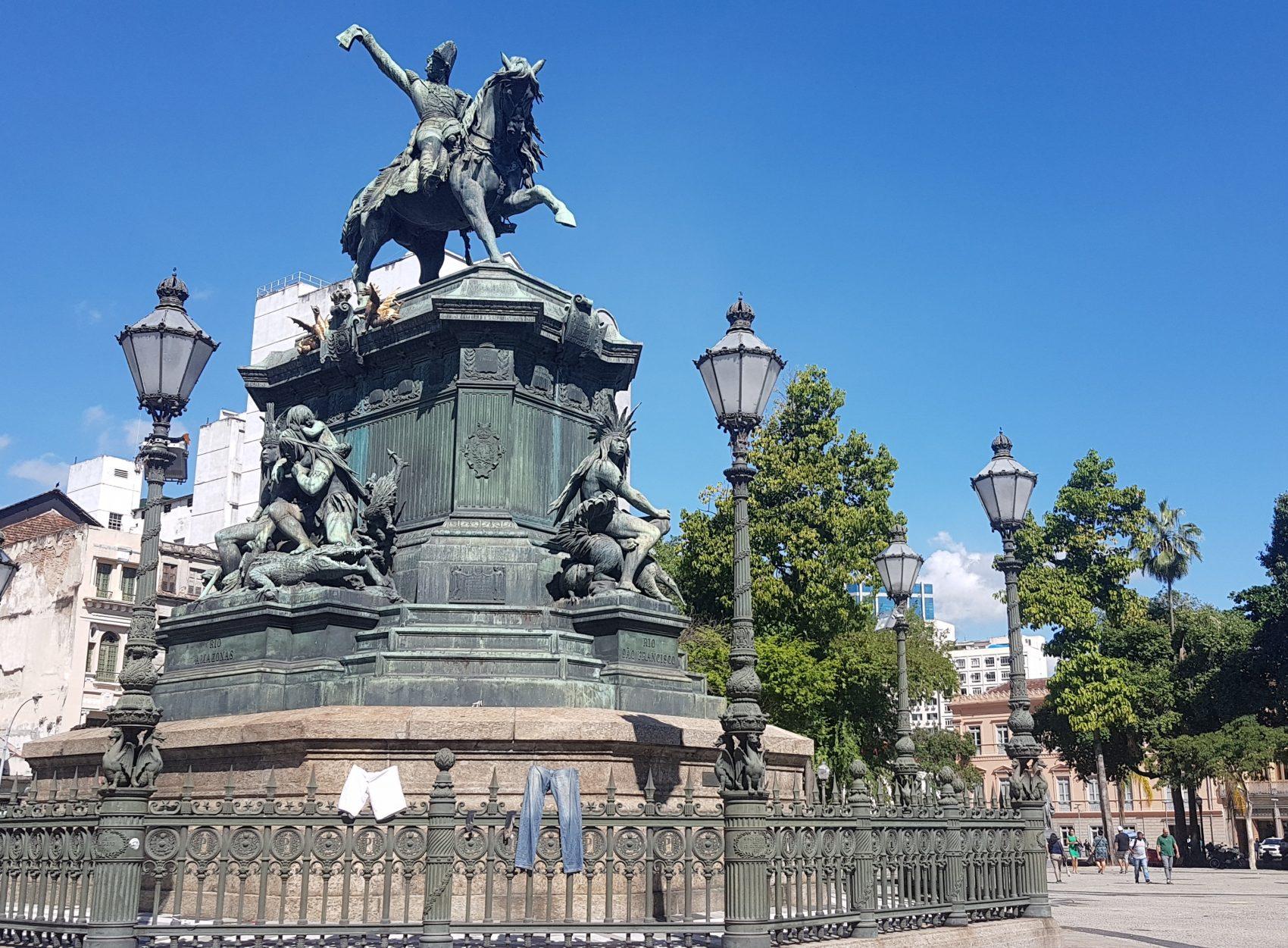 Estátua de Pedro I na (hoje) Praça Tiradentes, Praça da Constituição em 1888: saudações à família real por escravos agora libertos e abolicionistas num último momento de popularidade do Império (Foto Oscar Valporto)