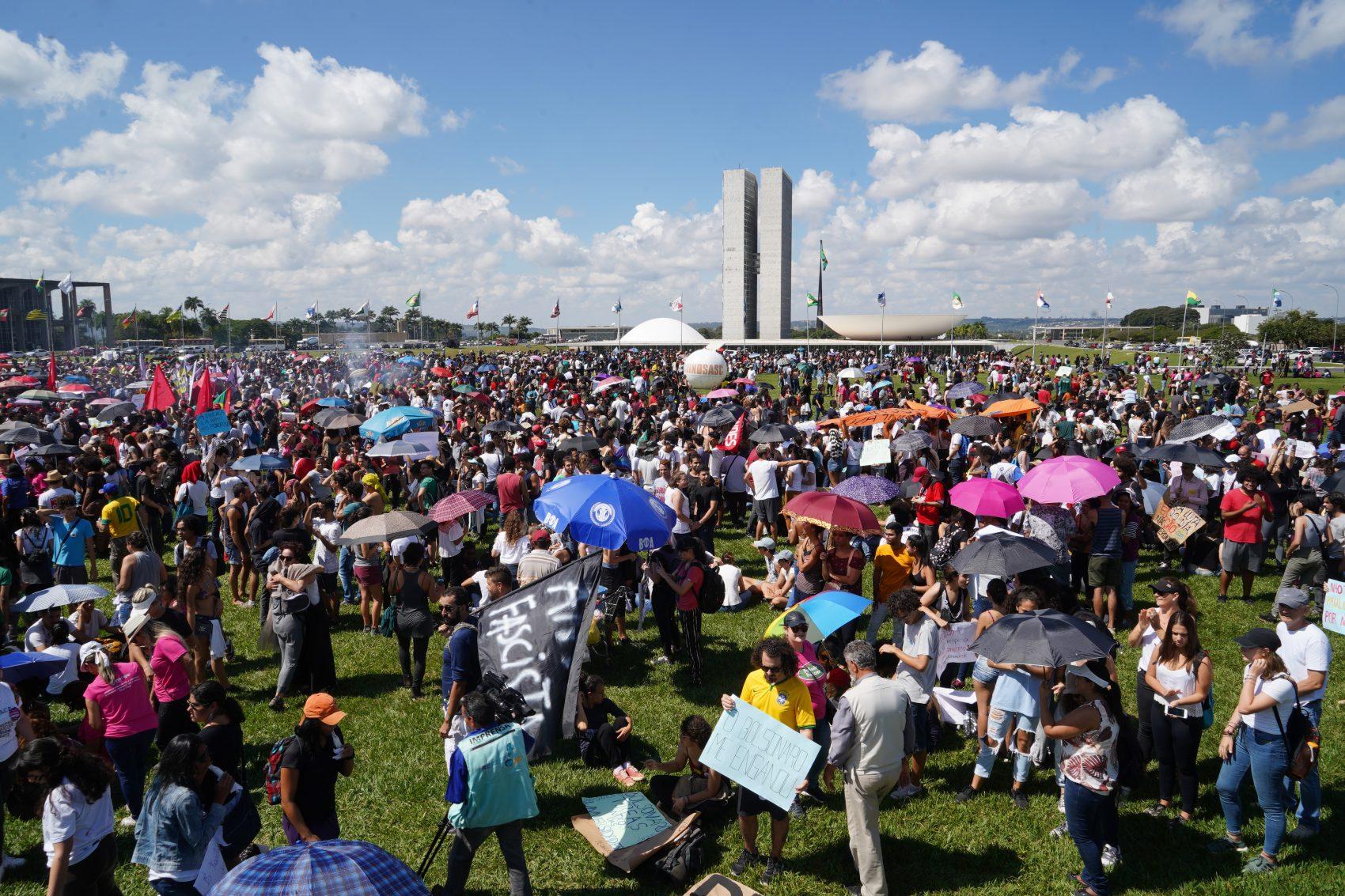 Manifestantes tomam gramado em frente ao Congresso Nacional em protesto contra os cortes nas verbas para educação pública (Pablo Valadares/Câmara dos Deputados)
