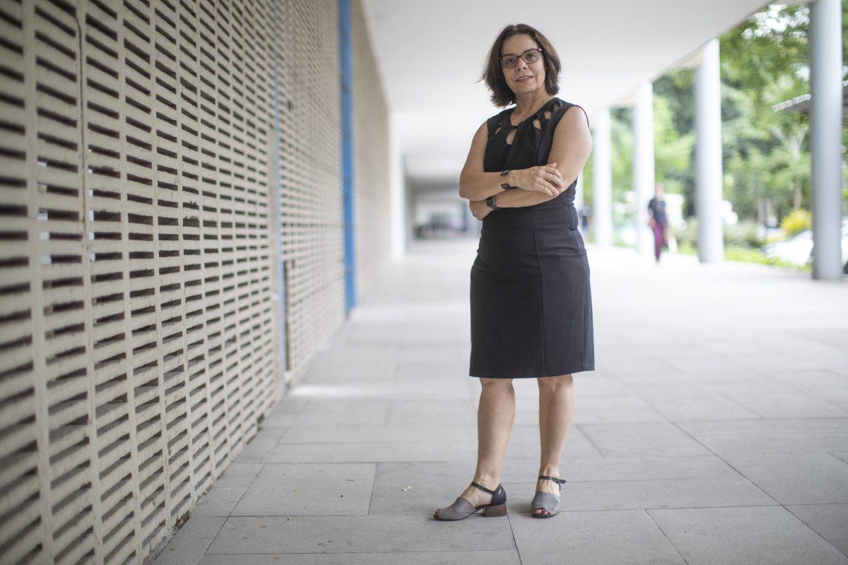 A reitora eleita Denise Pires de Carvalho no campus da UFRJ: 'É muito comum os pesquisadores tirarem dinheiro do bolso para manter seus trabalhos' (Foto João Laet/Adufrj)
