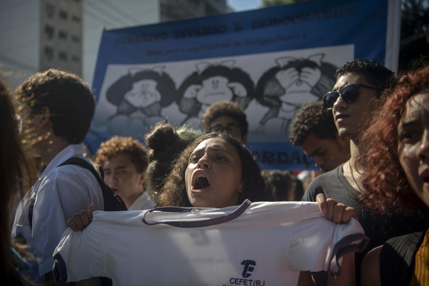 Manifestação deflagrada a partir de grupos do WhatsApp causou constrangimento ao presidente Bolsonaro, que participava de cerimônia comemorativa pelos 130 anos do Colégio Militar. Foo Mauro Pimentel/AFP