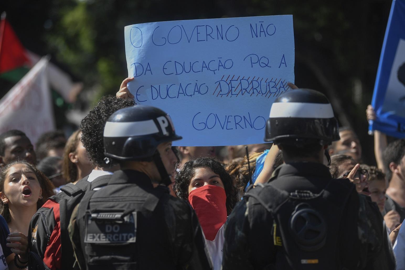 Estudantes protestam no Rio contra os cortes de verbas para as universidades públicas. Foto Mauro Pimentel/AFP