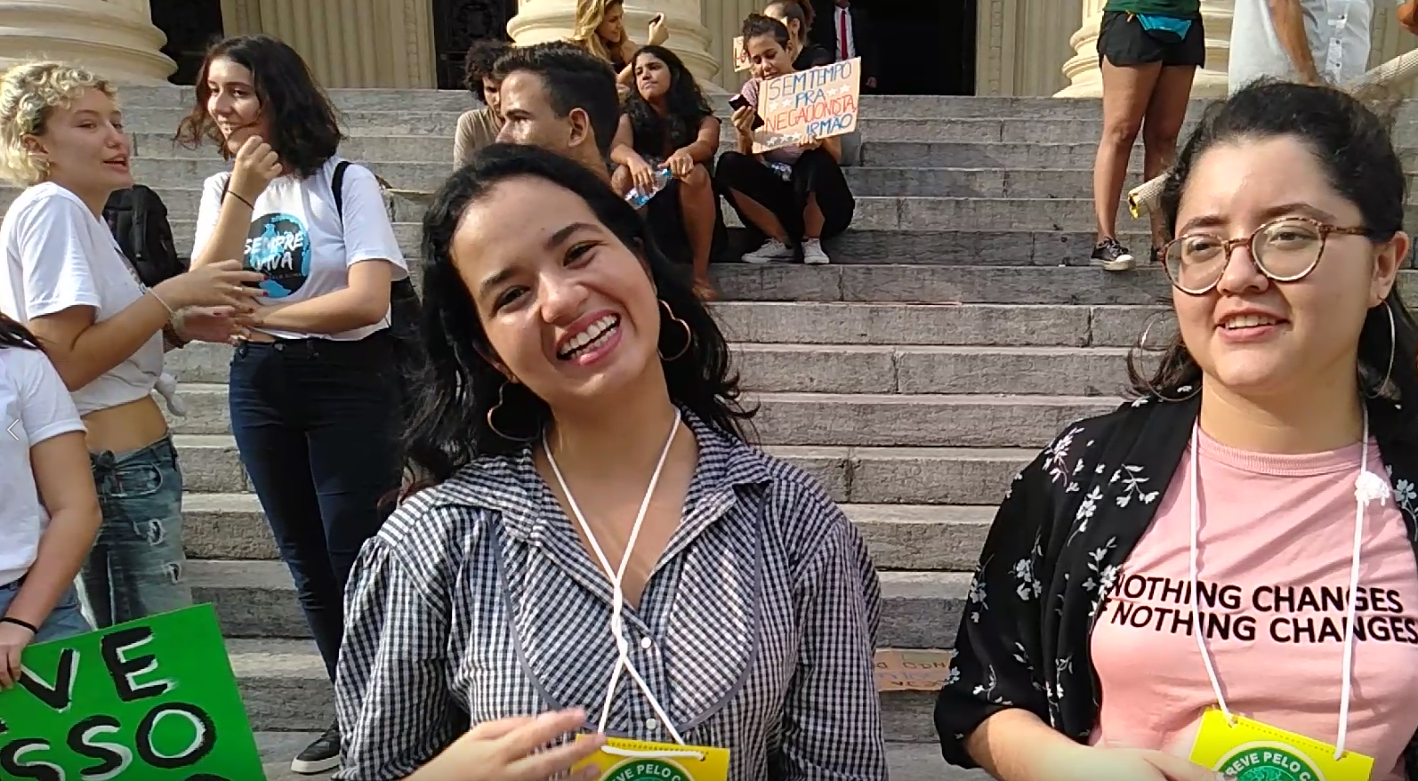 As estudantes Milena e Nayane em protesto em frente à Assembleia Legislativa: carta ao presidente Jair Bolsonaro pedindo ação contra emergência climática (Foto: Barbara Lopes)